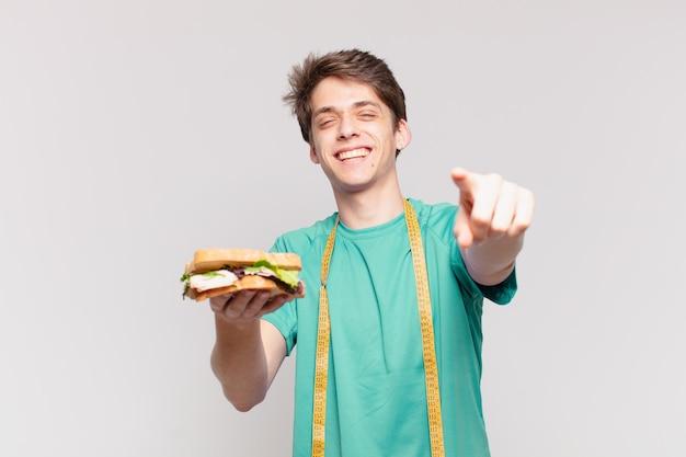 Młody nastolatek mężczyzna wskazując lub pokazując. koncepcja diety