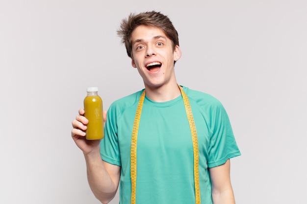 Młody nastolatek mężczyzna zaskoczony wypowiedzi i trzyma kojący. koncepcja diety