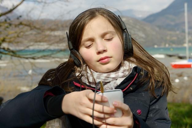 Młody nastolatek słucha muzyka na jego telefonie