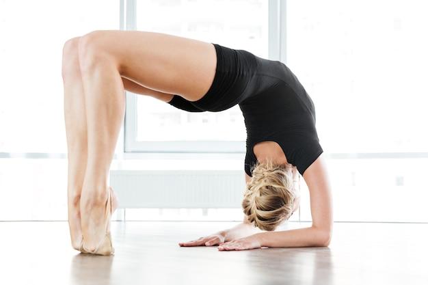 Młody nauczyciel baletu w klasie baletu