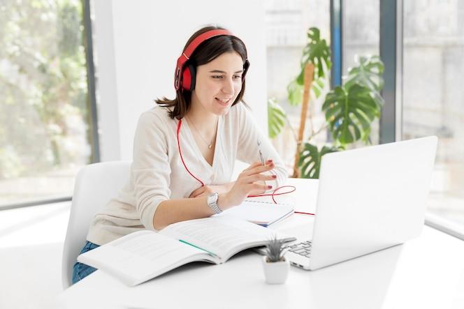 Młody nauczyciel w domu prowadzący kursy online