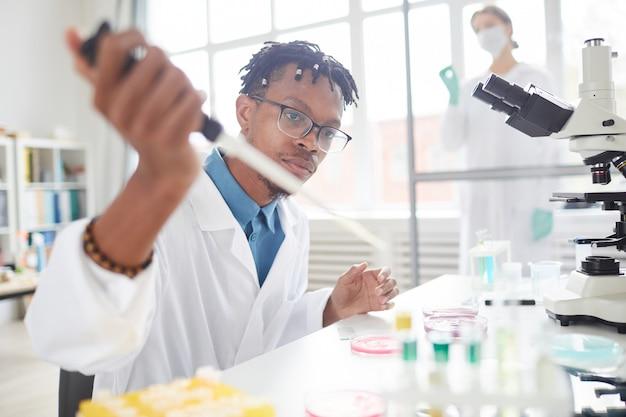 Młody naukowiec afroamerykański