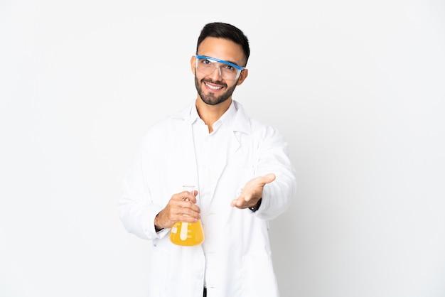 Młody naukowiec na białym tle, ściskając ręce, aby zamknąć dobrą ofertę