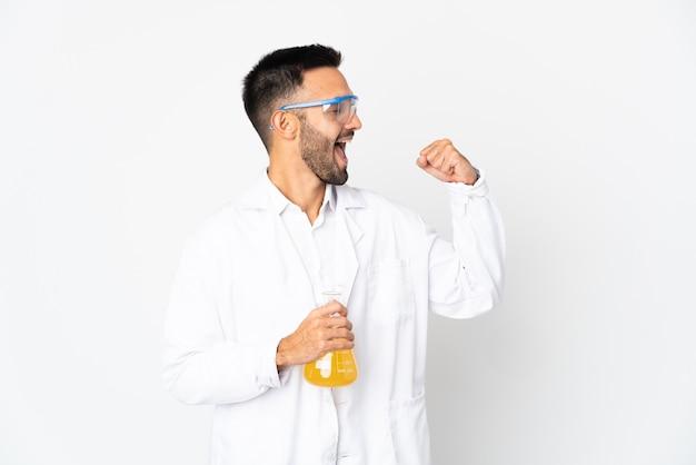 Młody naukowiec na białym tle świętuje zwycięstwo