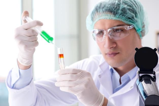 Młody naukowiec pracujący w laboratorium
