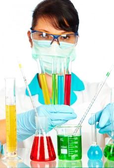 Młody naukowiec w laboratorium z probówki