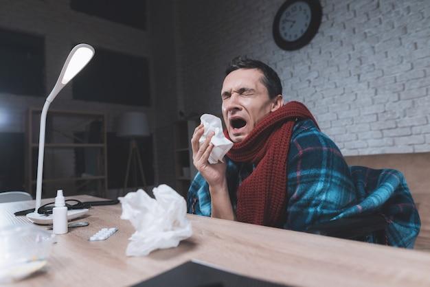 Młody niepełnosprawny mężczyzna przeziębił się.