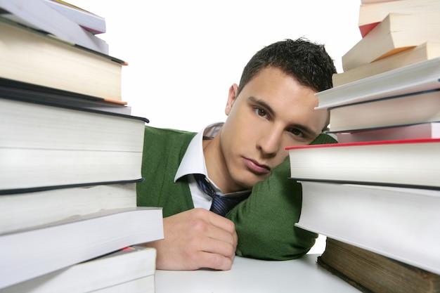 Młody nieszczęśliwy uczeń z brogować książkami