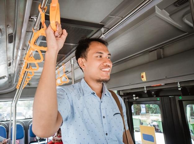 Młody nowoczesny biznesmen pracownik w transporcie publicznym