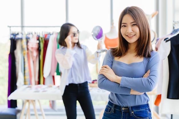 Młody nowy właściciel mśp szczęśliwy i odnoszący sukcesy portret nastolatka ze sklepem z odzieżą modową