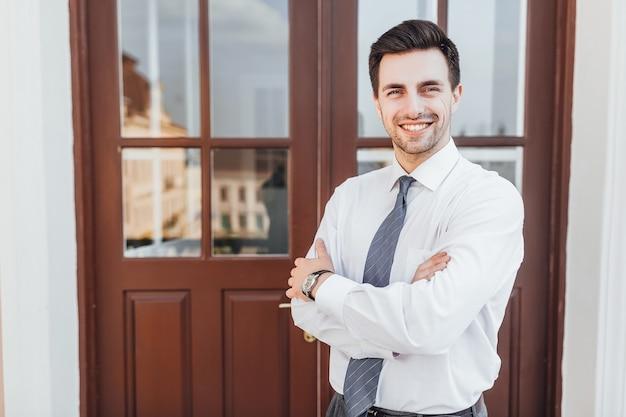 Młody, odnoszący sukcesy człowiek biznesu w stylu biznesowym