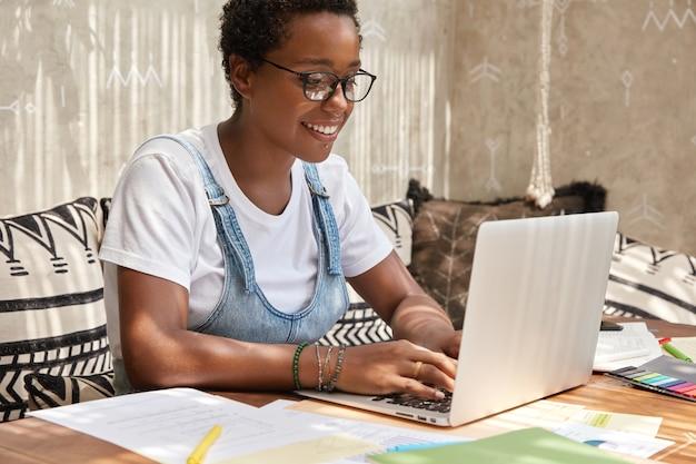 Młody odnoszący sukcesy grafik tworzy na stronie coś nowego