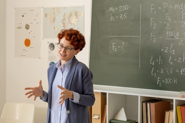 Młody, odnoszący sukcesy nauczyciel wyjaśniający główne punkty przedmiotu