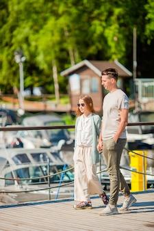 Młody ojciec i dziewczynka w porcie w lecie