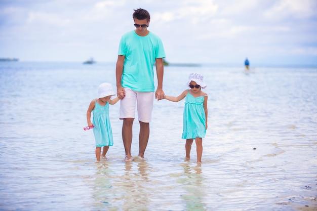 Młody ojciec i jego dwie urocze córki na egzotycznych wakacjach