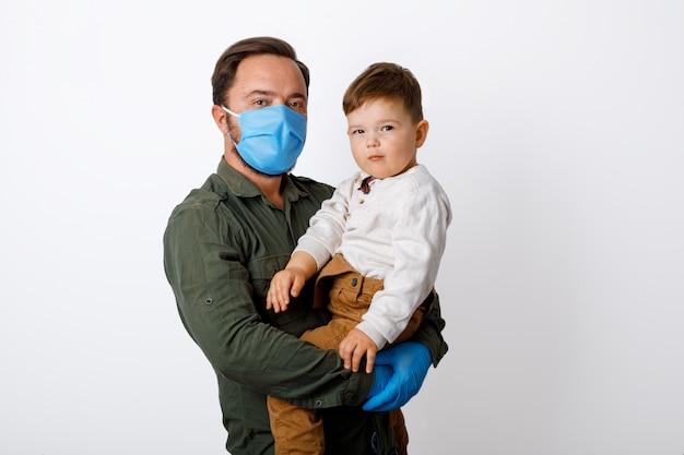 Młody ojciec i jego maluch syn noszenie masek chirurgicznych
