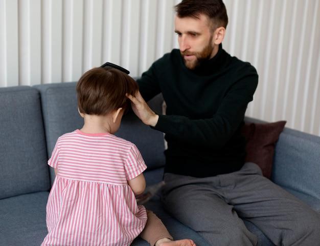 Młody ojciec spędza czas z córką