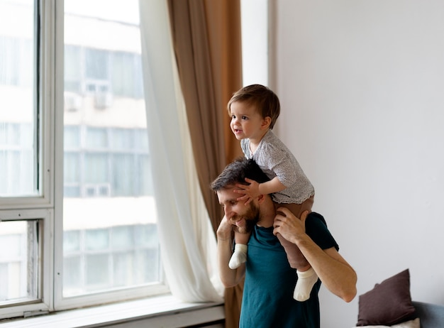 Młody ojciec spędza czas ze swoją dziewczyną