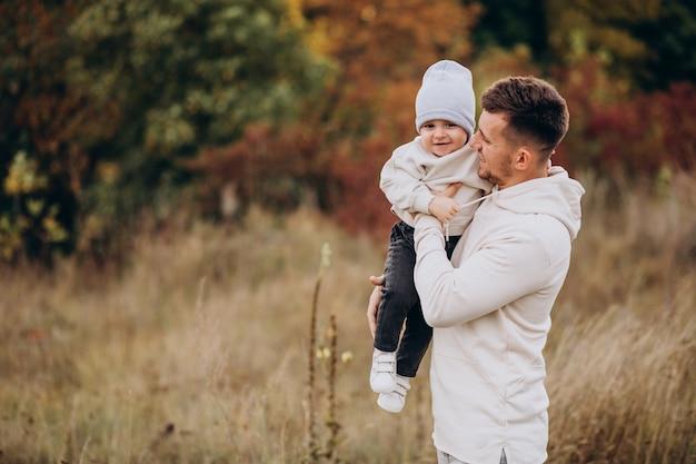Młody ojciec z małym synem w polu