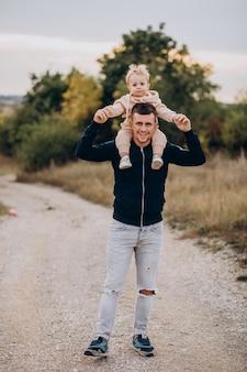 Młody ojciec z synkiem w parku