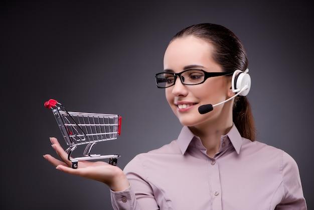 Młody operator sprzedaży w telesprzedaży koncepcji telezakupów