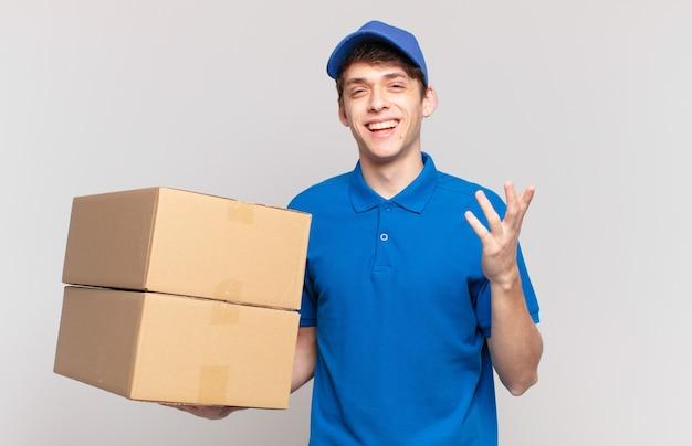 Młody pakiet dostarcza chłopca czującego się szczęśliwym, zaskoczonym i wesołym, uśmiechniętego z pozytywnym nastawieniem, realizującego rozwiązanie lub pomysł