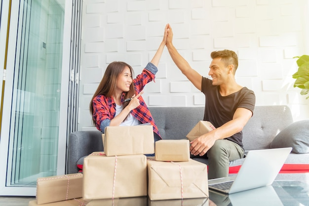Młody partnerstwo pracownik podnosi je ręki z szczęśliwym w biurze. mśp, małe firmy con