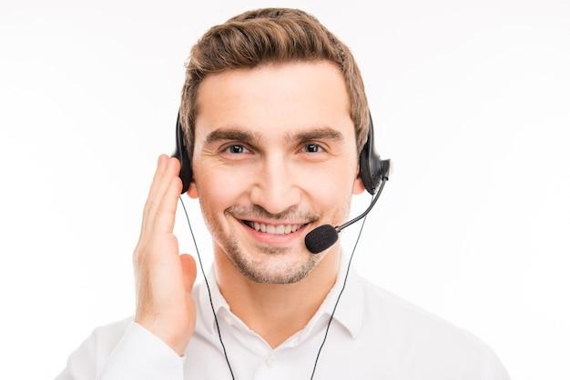 Młody, pewny siebie agent konsultuje klientów przez telefon