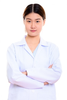 Młody piękny azjatycki lekarz kobieta z rękami skrzyżowanymi