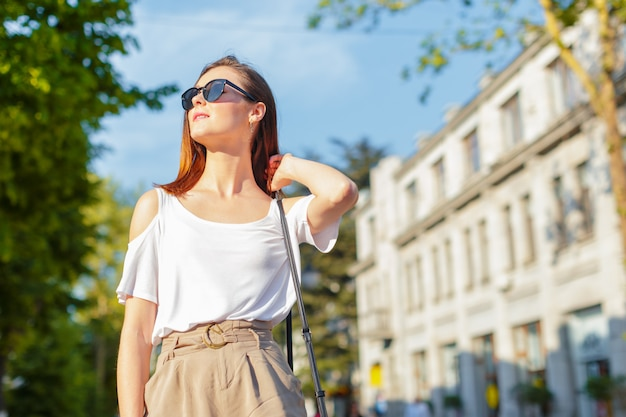 Młody piękny caucasian kobiety pozować plenerowy w mieście
