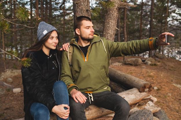 Młody piękny hipster mężczyzna i kobieta zakochana podróżowanie razem w dzikiej przyrody