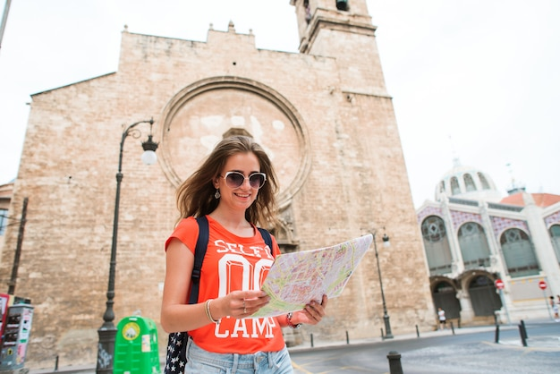 Młody piękny kobieta podróżnik z mapą