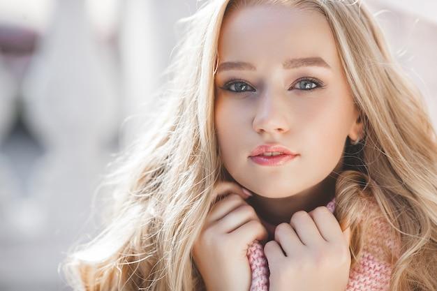 Młody piękny kobiety zbliżenia portret. seksowna pani na zewnątrz. model z idealną skórą. krem na dzień. piękna blond dziewczyna