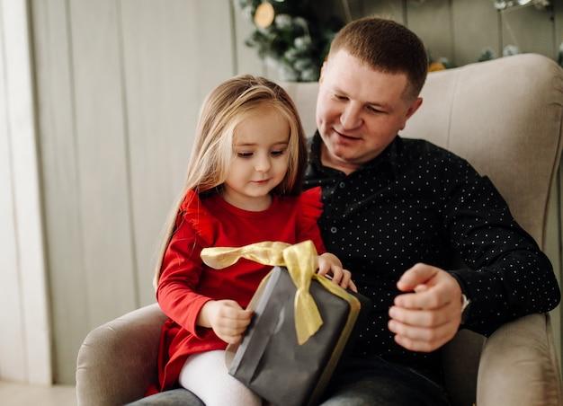 Młody piękny ojciec z dzieckiem