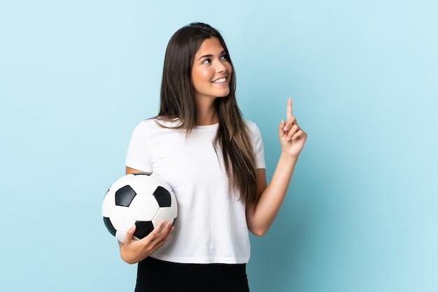 Młody piłkarz brazylijska dziewczyna na białym tle