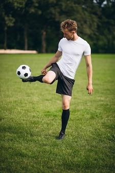 Młody piłkarz na boisku piłkarskim