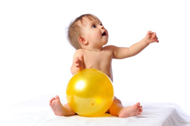 Młody piłkarz śliczna dziewczynka gra z portretem żółta piłka.