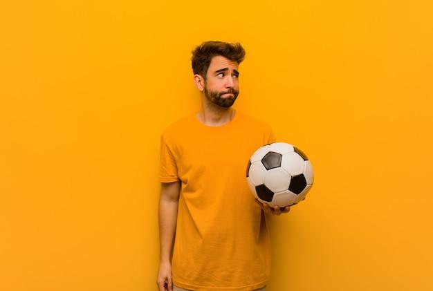 Młody piłkarza mężczyzna myśleć o pomysle
