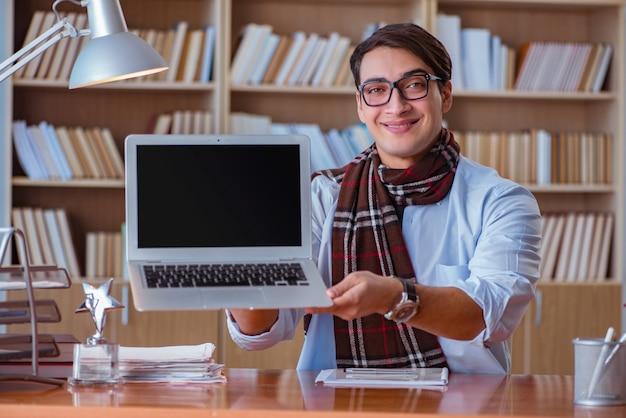 Młody pisarz pisze w bibliotece