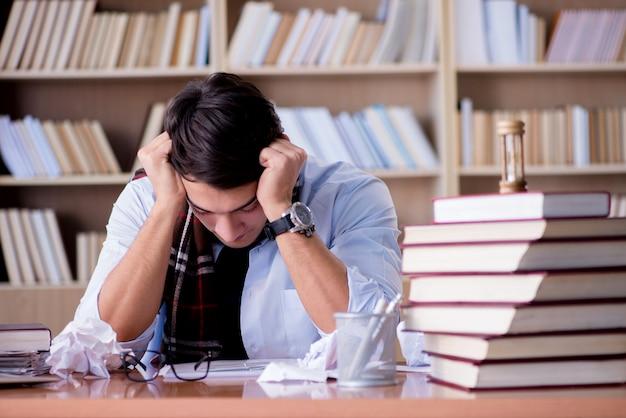 Młody pisarz pracujący w bibliotece
