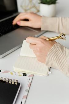 Młody pisarz robi notatki
