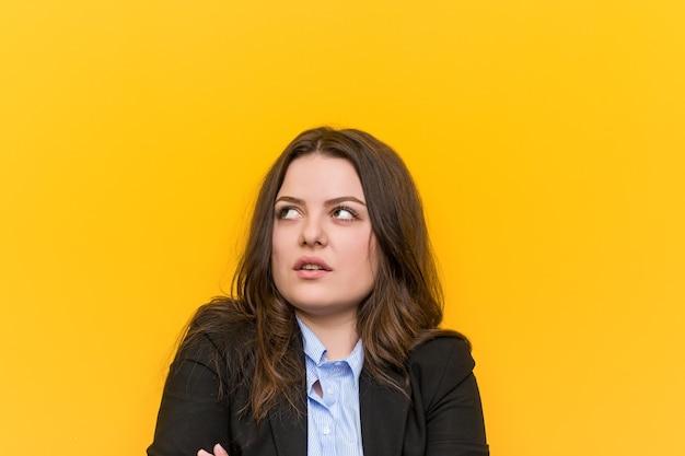 Młody plus rozmiar kaukaski kobieta biznesu zmęczona powtarzalnym zadaniem.