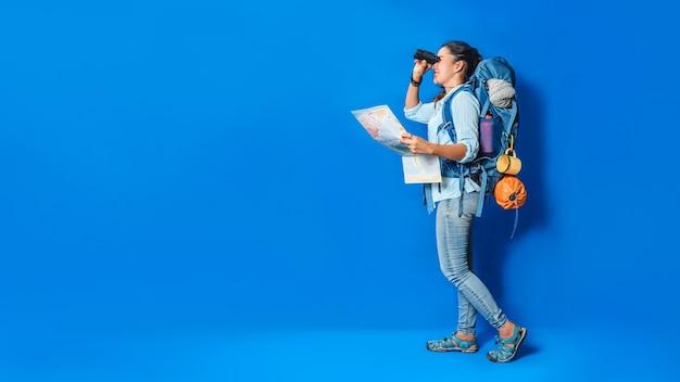 Młody podróżnik azjatycki szczęśliwa kobieta w niebieskiej koszuli