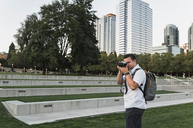 Młody podróżnik fotografuje na wakacjach