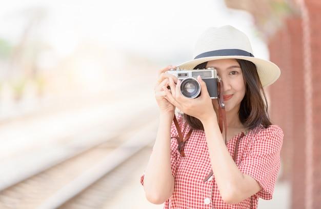 Młody podróżnik hipster weź zdjęcie