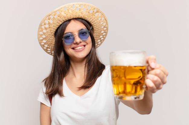 Młody podróżnik kobieta szczęśliwy wyraz i trzyma piwo