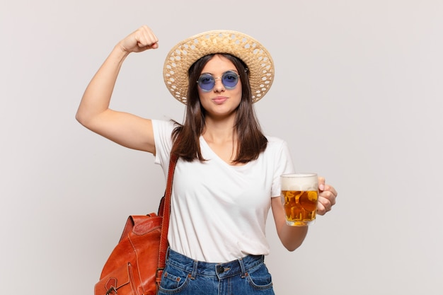 Młody podróżnik kobieta zły wyraz i trzyma piwo