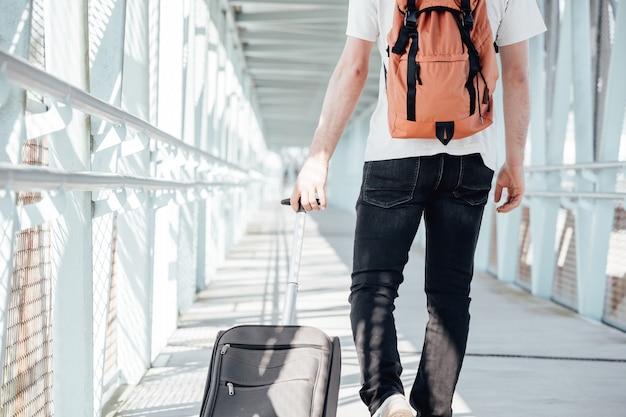 Młody podróżnik na stacji kolejowej. koncepcja podróży zdjęcie, torba, walizka idąca do podróży, nowoczesne i jasne zdjęcia, kopia przestrzeń