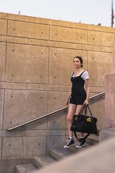 Młody podróżnik schodząc po schodach
