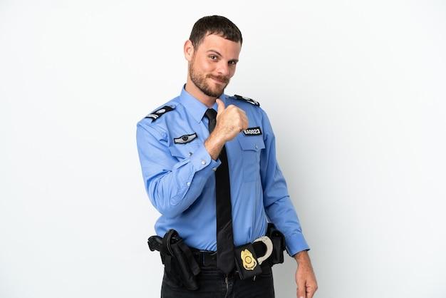Młody policjant brazylijski mężczyzna na białym tle dumny i zadowolony z siebie